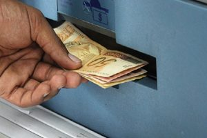 verbo sacar dinheiro